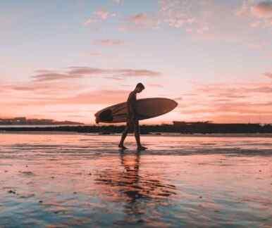 Ein Surfer auf Zypern